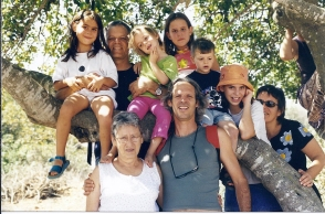 נעם קמינר עם משפחתו המורחבת, 2001. מימין לשמאל: סיביל גולדפיינר, אלינור קמינר, גיא וויס, רומי קמינר, נגה וויס, נעם קמינר, תאיר קמינר, מיכה קמינר ודפנה קמינר